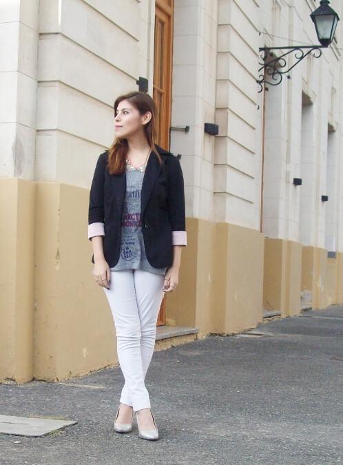 arctic-monkeys-tee-gray-black-blazer-white-jeans-streetstyle05