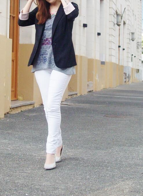 arctic-monkeys-tee-gray-black-blazer-white-jeans-streetstyle06