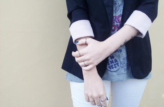 arctic-monkeys-tee-gray-black-blazer-white-jeans-streetstyle11