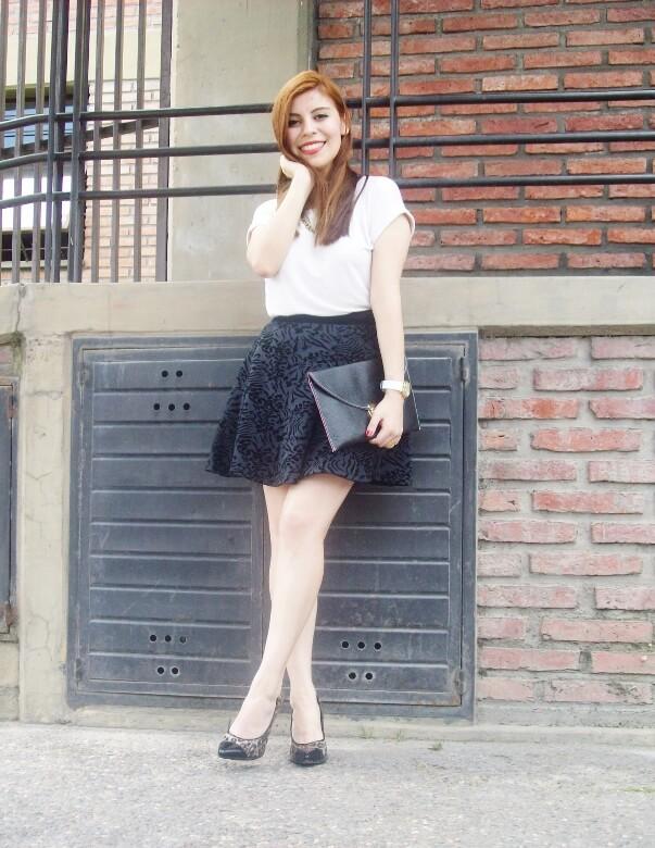 black-and-white-outfit-leopard-print-stilettos-deborah-ferrero-streetstyle-textured-skirt09