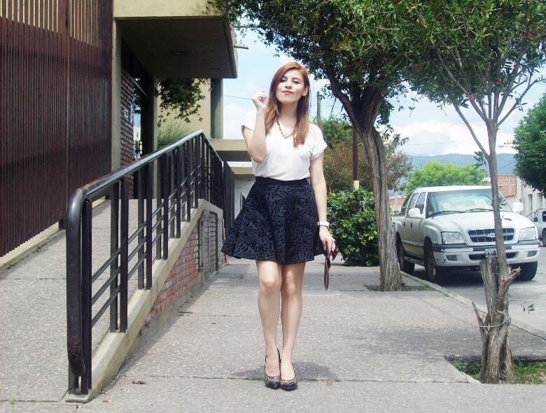 black-and-white-outfit-leopard-print-stilettos-deborah-ferrero-streetstyle-textured-skirt11