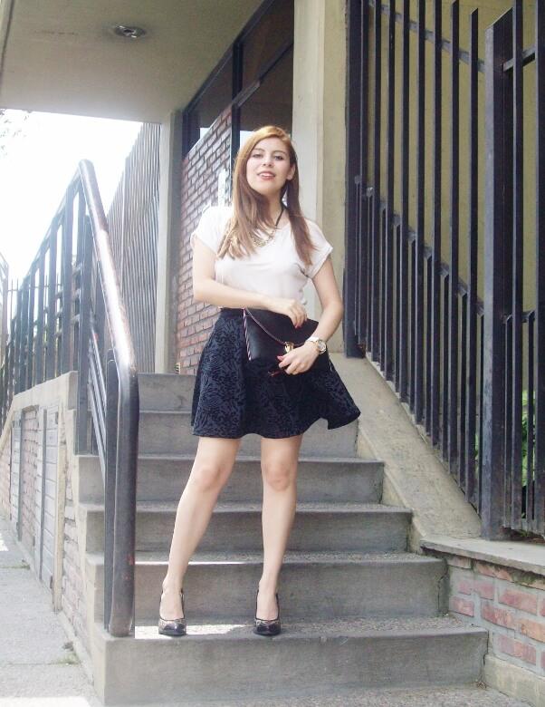 black-and-white-outfit-leopard-print-stilettos-deborah-ferrero-streetstyle-textured-skirt14