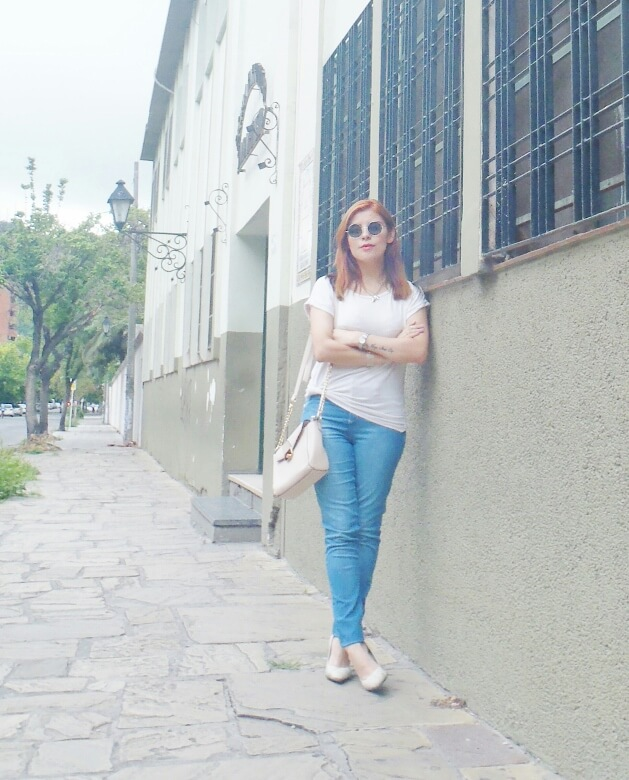 light-blue-high-waisted-jeans-white-tshirt-rounded-sunnies-90srevival-ninetiestrends02