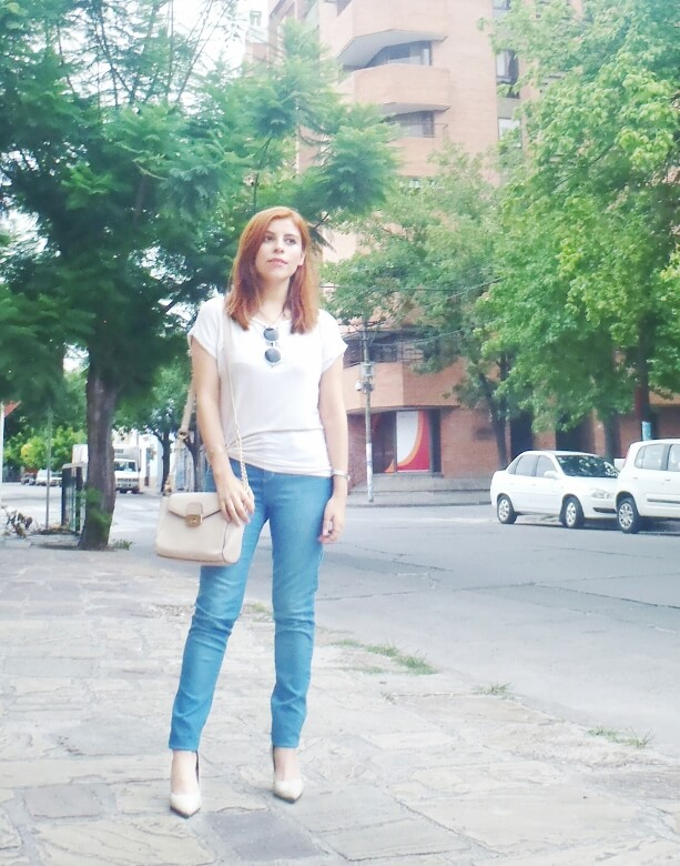 light-blue-high-waisted-jeans-white-tshirt-rounded-sunnies-90srevival-ninetiestrends03
