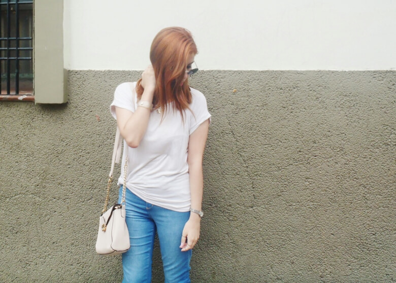 light-blue-high-waisted-jeans-white-tshirt-rounded-sunnies-90srevival-ninetiestrends07