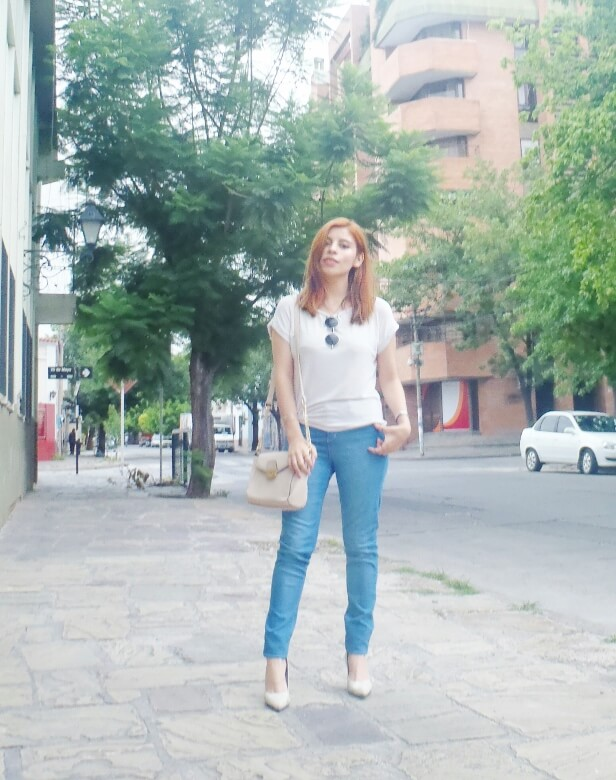 light-blue-high-waisted-jeans-white-tshirt-rounded-sunnies-90srevival-ninetiestrends08