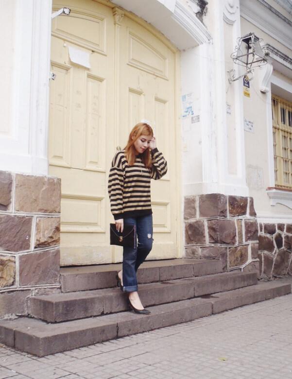 striped-sweater-ripped-bopyfriend-jeans-black-stiletto-pumps-newdress-clutch-fall2016trends-007
