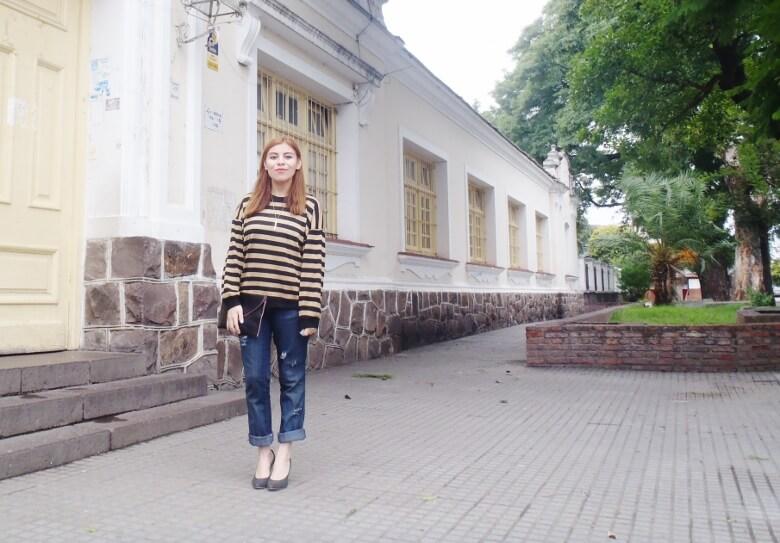 striped-sweater-ripped-bopyfriend-jeans-black-stiletto-pumps-newdress-clutch-fall2016trends-03
