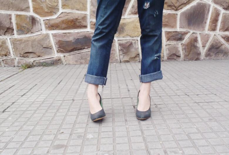 striped-sweater-ripped-bopyfriend-jeans-black-stiletto-pumps-newdress-clutch-fall2016trends-07