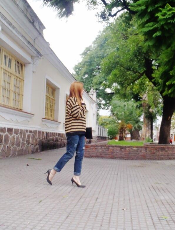 striped-sweater-ripped-bopyfriend-jeans-black-stiletto-pumps-newdress-clutch-fall2016trends-09