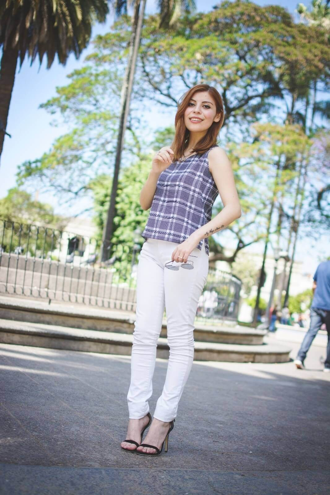 black-and-white-top-skinny-jeans-deborah-ferrero-style-by-deb-gamiss-sandals-streetstyle01