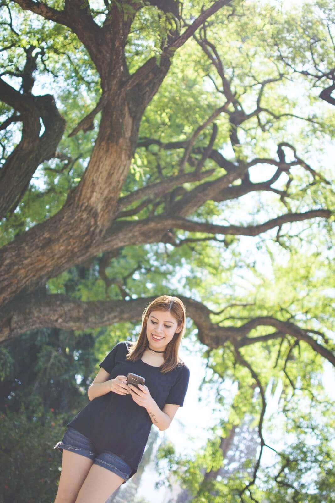black-tshirt-jeans-california-girl-outfit-ankle-booties-summer-in-black-deborah-ferrero-style-by-deb06