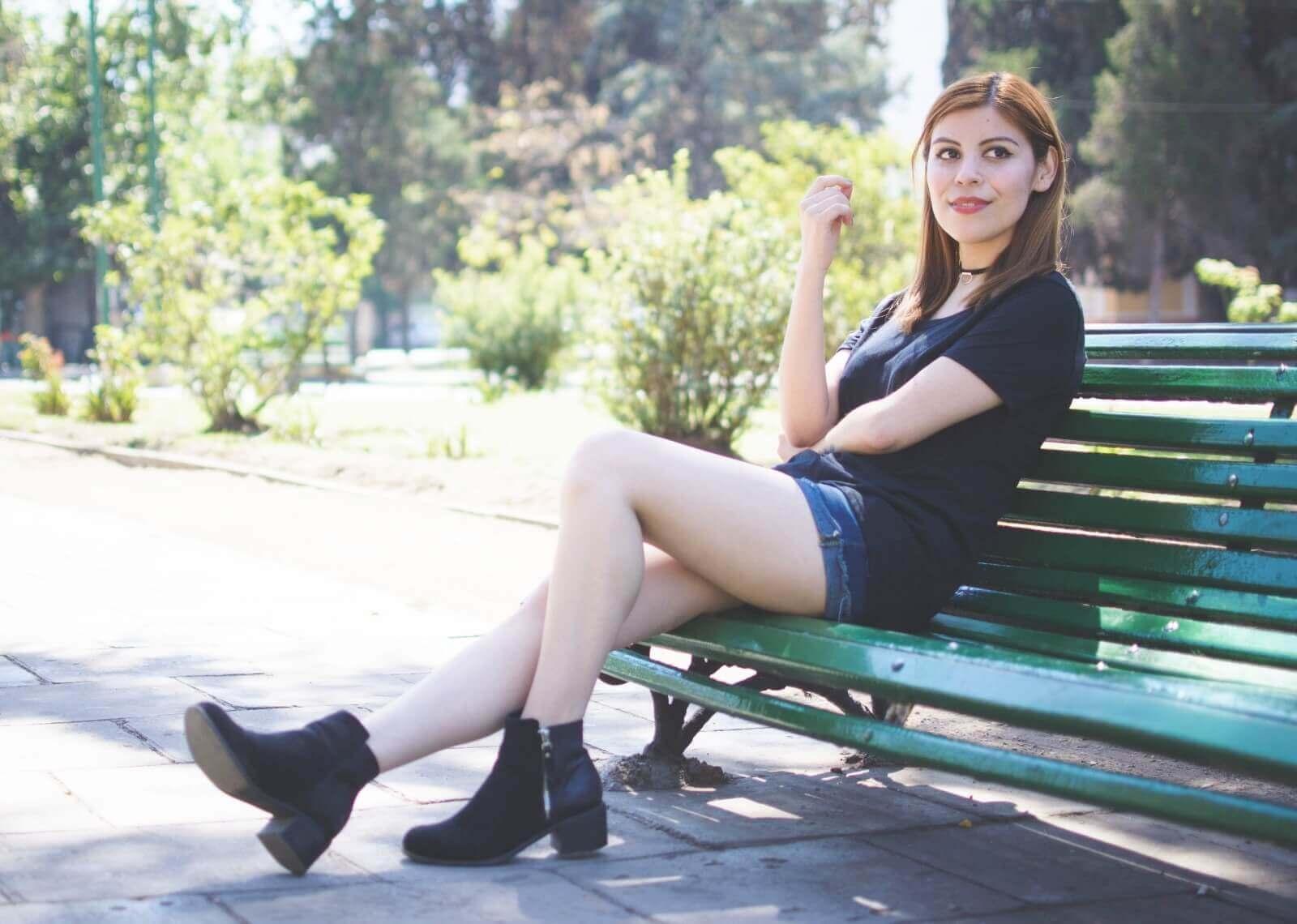 black-tshirt-jeans-california-girl-outfit-ankle-booties-summer-in-black-deborah-ferrero-style-by-deb11