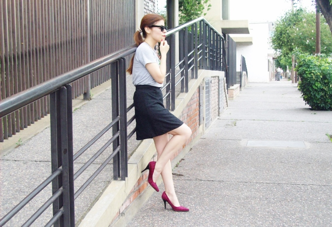 black-skirt-old-tshirt-pink-shoes-streetstyle-09