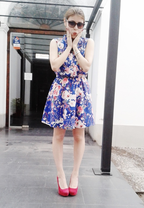 blue-floral-dress-pink-shoes-pumps-streetstyle-blogger-argentina00