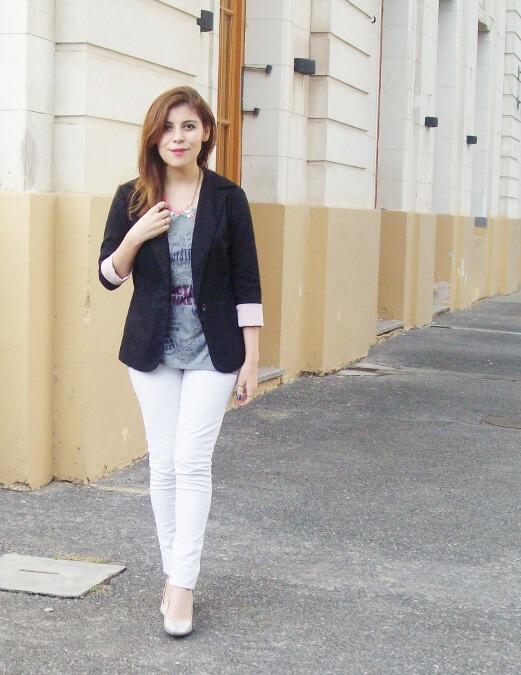 arctic-monkeys-tee-gray-black-blazer-white-jeans-streetstyle02