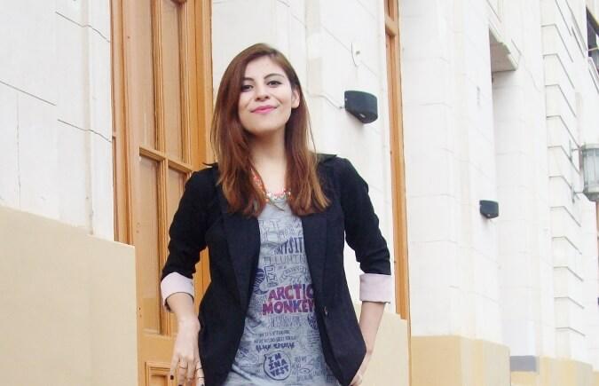 arctic-monkeys-tee-gray-black-blazer-white-jeans-streetstyle09