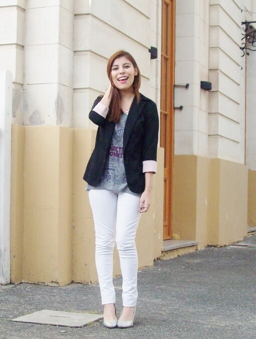 arctic-monkeys-tee-gray-black-blazer-white-jeans-streetstyle12