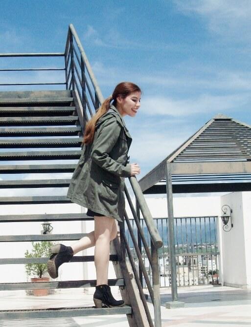parka-black-mini-booties-white-tee-streetstyle02