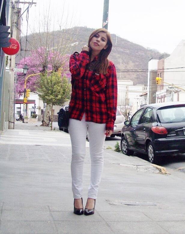 plaid-shirt-biker-white-jeans-animal-print-pumps-mixing-patterns-fall2015-streetstyle-deborah-ferrero03