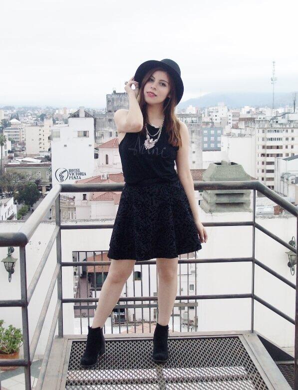 black-skirt-hat-booties-allblack-streetstyle-boho-happinessboutique-statement-necklace01