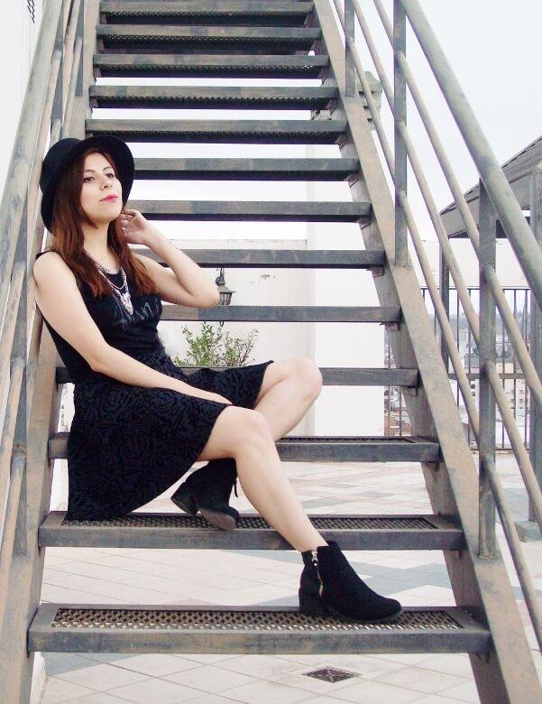 black-skirt-hat-booties-allblack-streetstyle-boho-happinessboutique-statement-necklace02