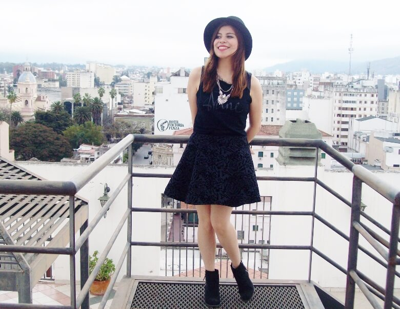 black-skirt-hat-booties-allblack-streetstyle-boho-happinessboutique-statement-necklace03