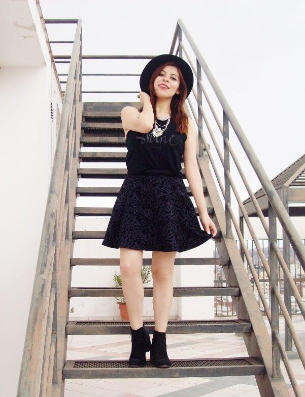 black-skirt-hat-booties-allblack-streetstyle-boho-happinessboutique-statement-necklace05