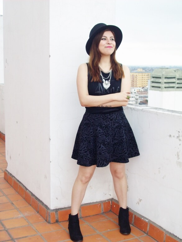 black-skirt-hat-booties-allblack-streetstyle-boho-happinessboutique-statement-necklace13