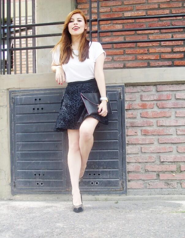 black-and-white-outfit-leopard-print-stilettos-deborah-ferrero-streetstyle-textured-skirt01
