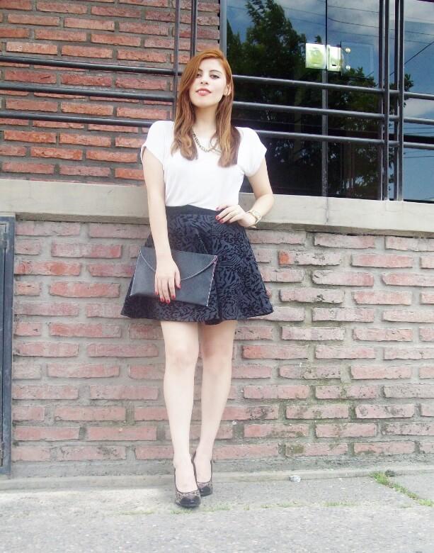black-and-white-outfit-leopard-print-stilettos-deborah-ferrero-streetstyle-textured-skirt02