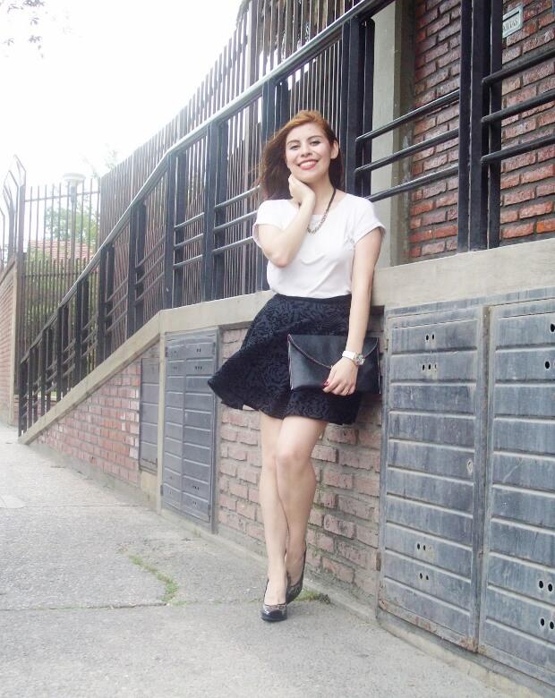 black-and-white-outfit-leopard-print-stilettos-deborah-ferrero-streetstyle-textured-skirt04
