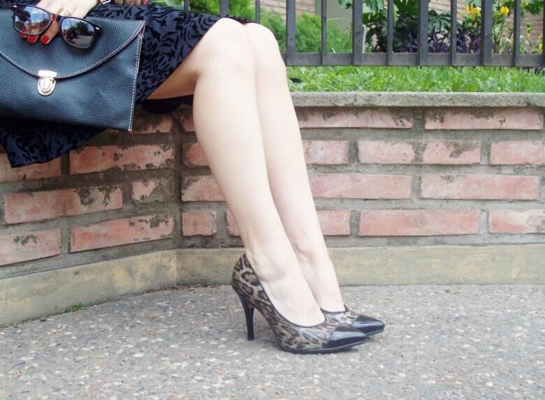black-and-white-outfit-leopard-print-stilettos-deborah-ferrero-streetstyle-textured-skirt05