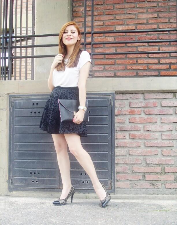 black-and-white-outfit-leopard-print-stilettos-deborah-ferrero-streetstyle-textured-skirt06