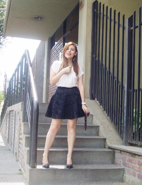 black-and-white-outfit-leopard-print-stilettos-deborah-ferrero-streetstyle-textured-skirt08