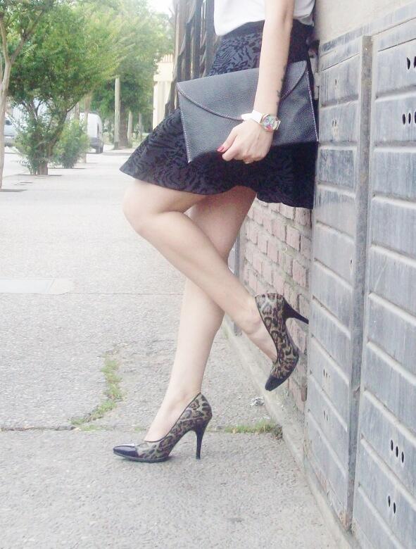 black-and-white-outfit-leopard-print-stilettos-deborah-ferrero-streetstyle-textured-skirt12