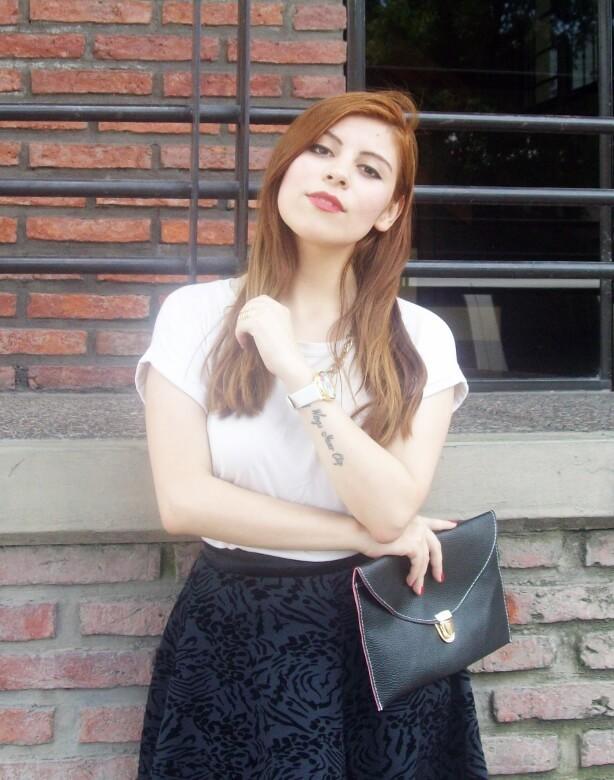 black-and-white-outfit-leopard-print-stilettos-deborah-ferrero-streetstyle-textured-skirt15