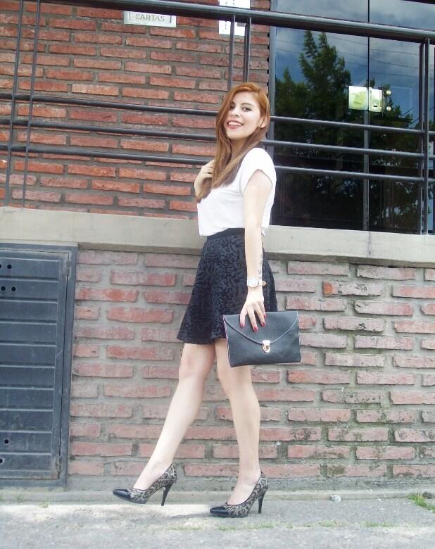 black-and-white-outfit-leopard-print-stilettos-deborah-ferrero-streetstyle-textured-skirt18