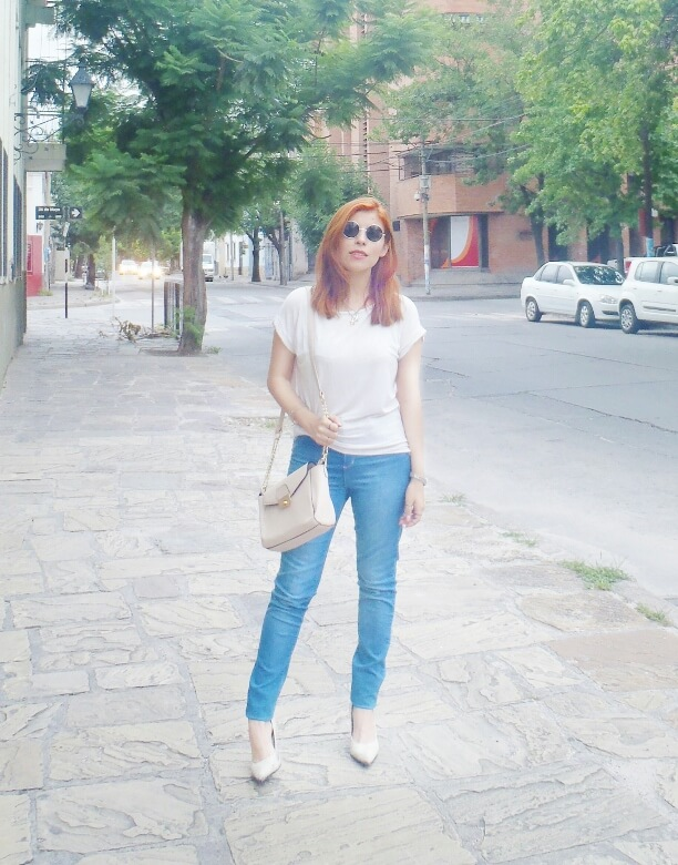 light-blue-high-waisted-jeans-white-tshirt-rounded-sunnies-90srevival-ninetiestrends01