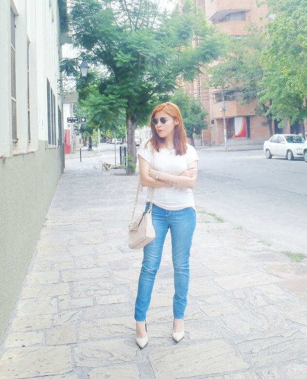light-blue-high-waisted-jeans-white-tshirt-rounded-sunnies-90srevival-ninetiestrends05