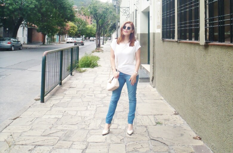 light-blue-high-waisted-jeans-white-tshirt-rounded-sunnies-90srevival-ninetiestrends13
