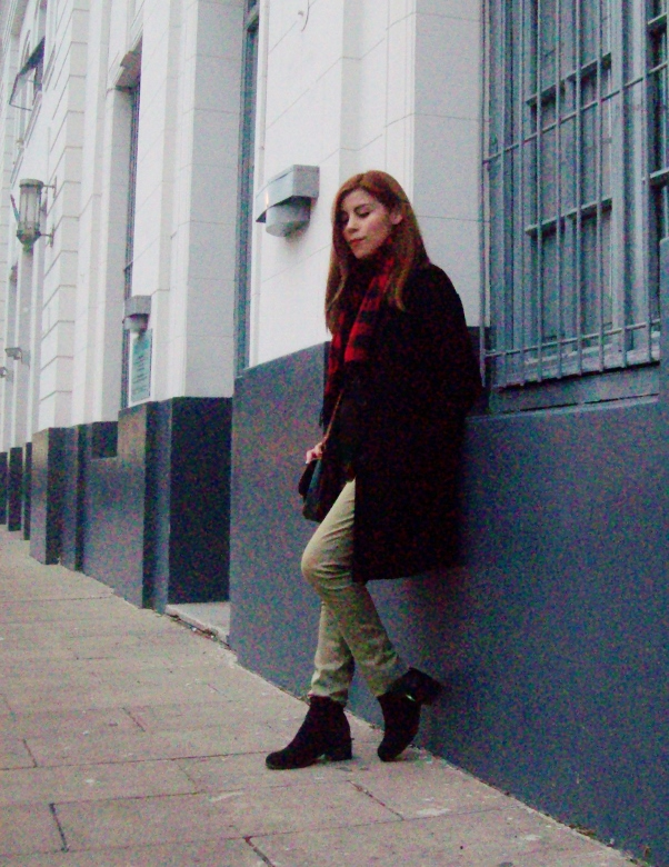 olive pants black coat plaid tartan scarf deborah ferrero streetstyle winter 2016 trends01