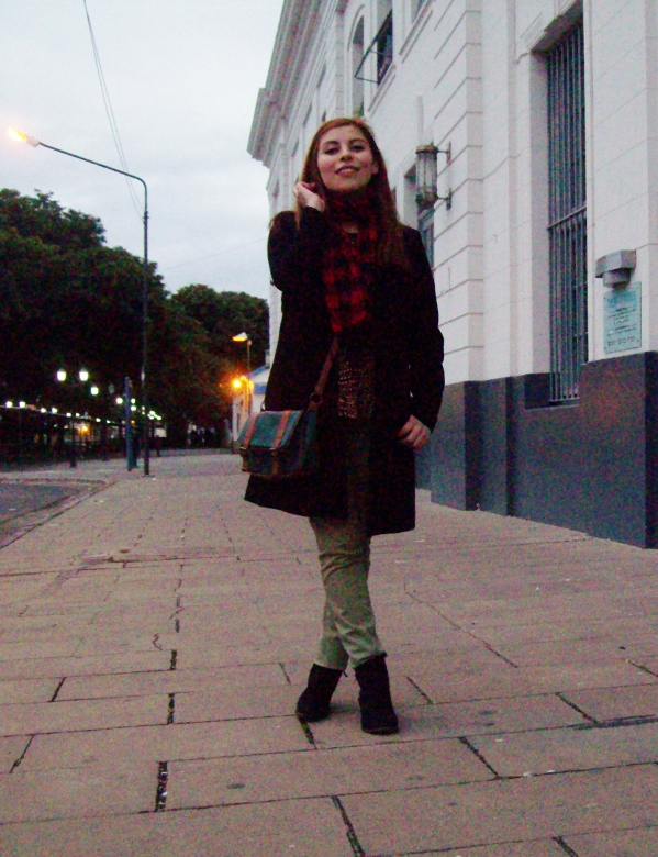 olive pants black coat plaid tartan scarf deborah ferrero streetstyle winter 2016 trends04