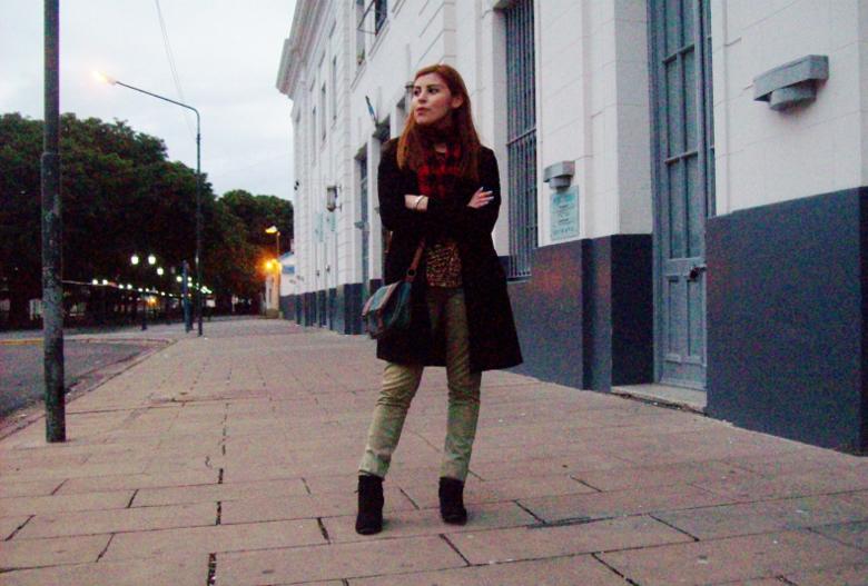 olive pants black coat plaid tartan scarf deborah ferrero streetstyle winter 2016 trends07