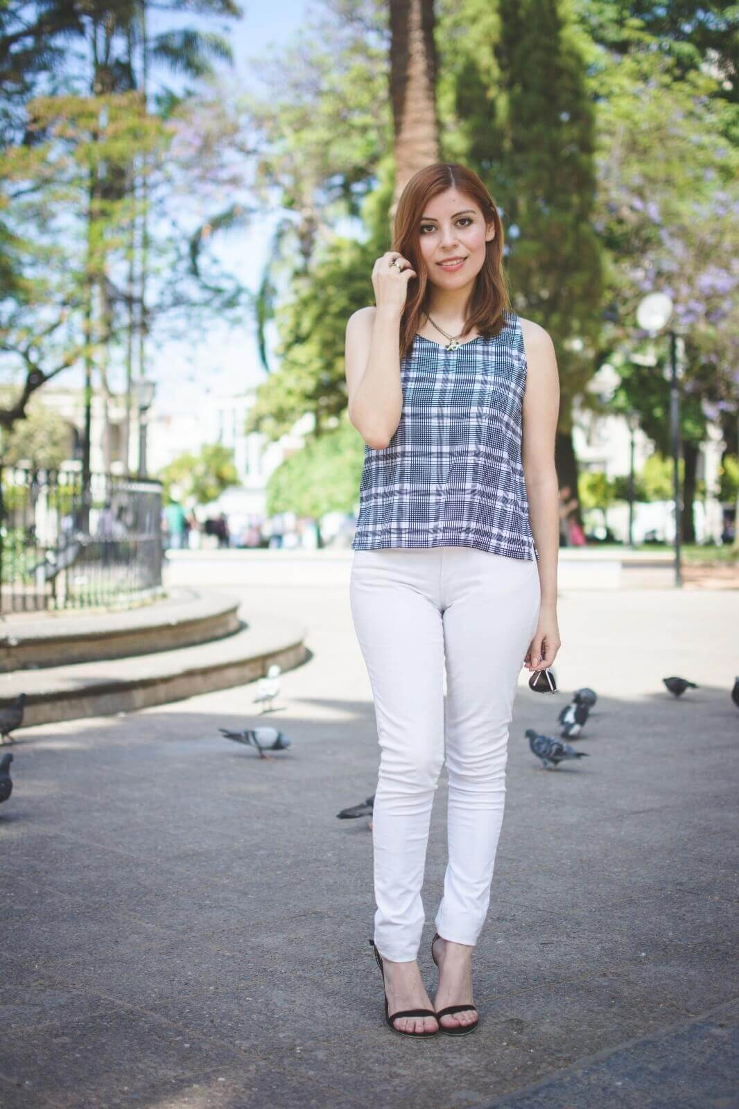 black-and-white-top-skinny-jeans-deborah-ferrero-style-by-deb-gamiss-sandals-streetstyle04