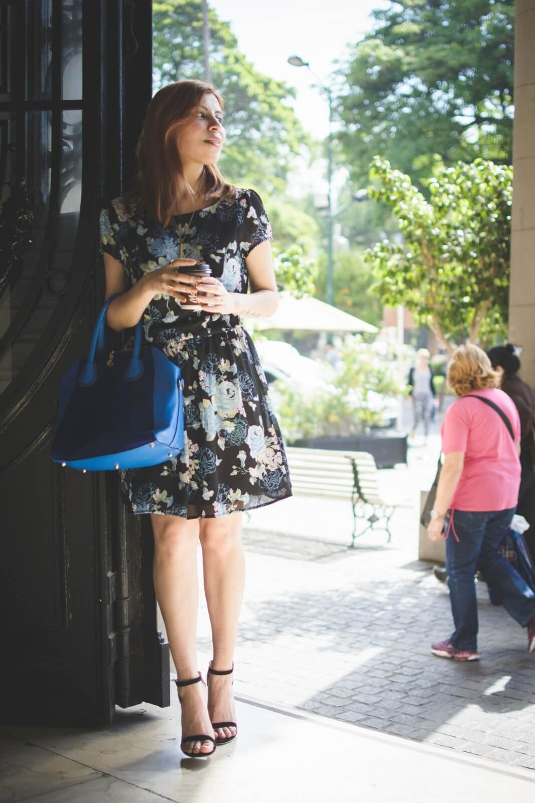 gamiss-black-strappy-sandals-blue-floral-dress-rosegal-cobalt-blue-tote-bag-deborah-ferrero-style-by-deb11