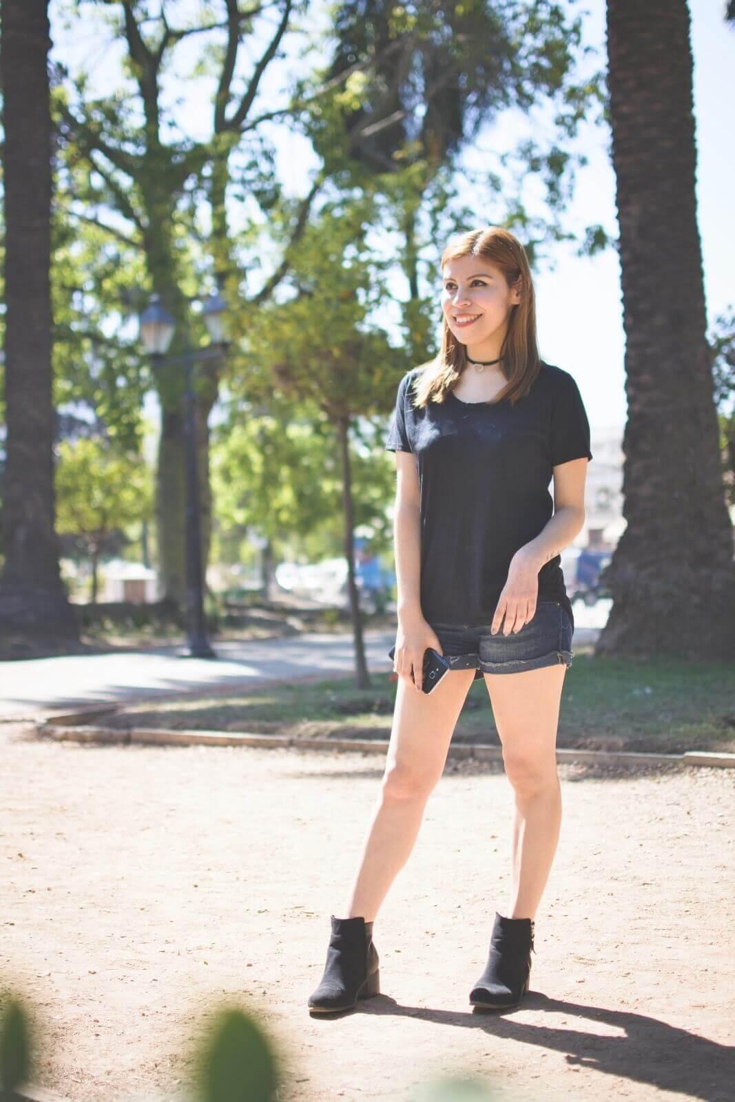 black-tshirt-jeans-california-girl-outfit-ankle-booties-summer-in-black-deborah-ferrero-style-by-deb02