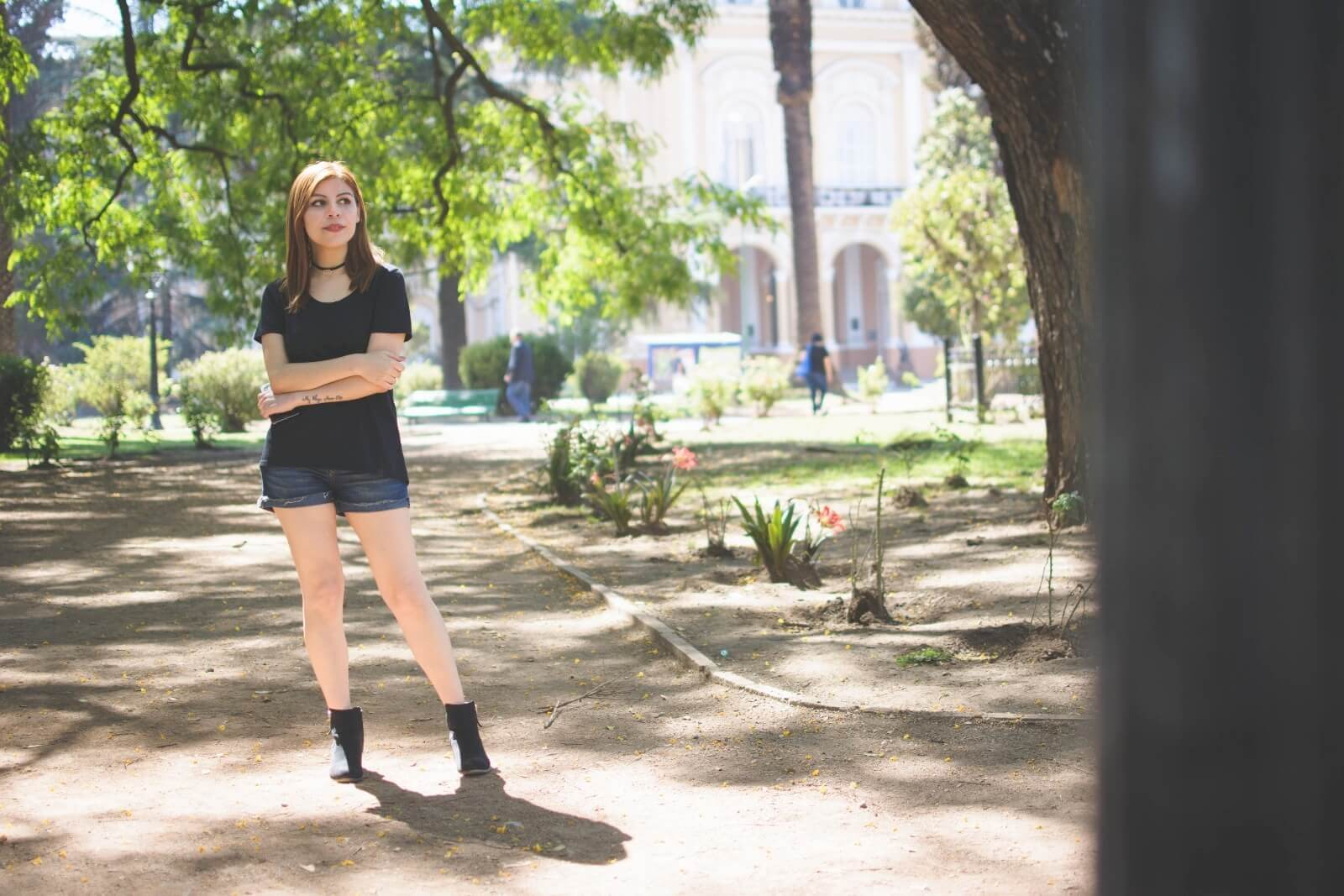 black-tshirt-jeans-california-girl-outfit-ankle-booties-summer-in-black-deborah-ferrero-style-by-deb05
