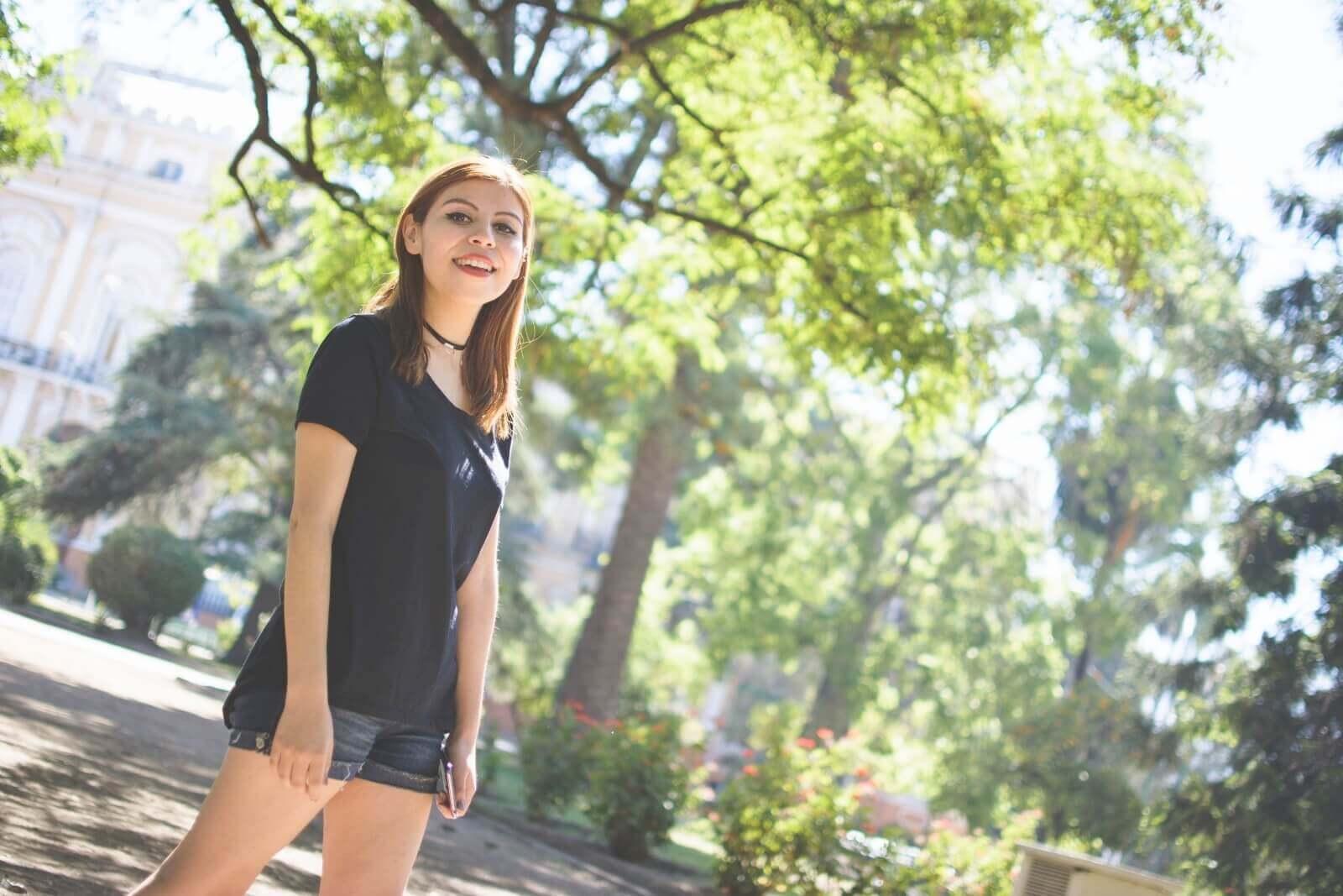 black-tshirt-jeans-california-girl-outfit-ankle-booties-summer-in-black-deborah-ferrero-style-by-deb08