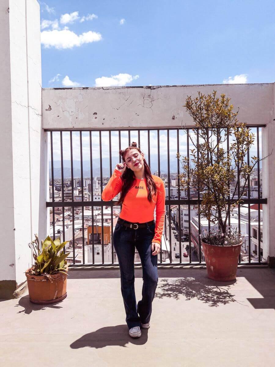 deborah ferrero influencer salteña blogger argentina usando oeyes babe orange bodysuit